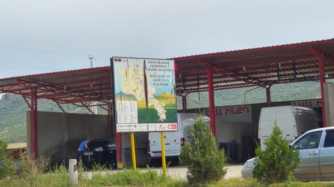 Am armenischen Grenzort erinnert ein Schild an die glanzvolle Zeit der alten Seidenstraße.