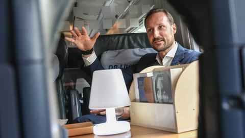 Haakon, Kronprinz von Norwegen, im Literaturzug