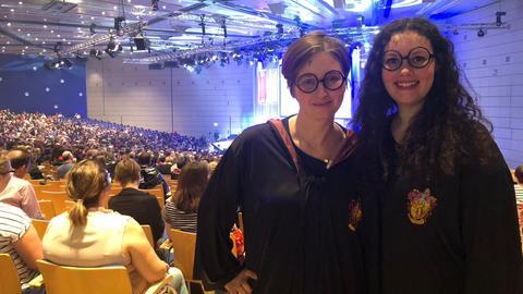 Zwei Teilnehmerinnen am Harry-Potter-Weltrekordversuch im Saal Harmonie