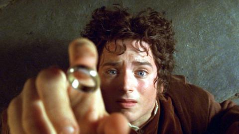 """Filmszene:  Elijah Wood als Hobbit Frodo in einer Szene des Kinofilms """"Der Herr der Ringe - Die Gefährten"""""""