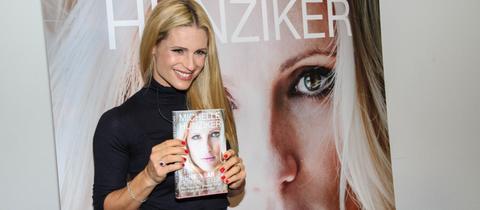 """Michelle Hunziker zeigt ihr Buch """"Ein scheinbar perfektes Leben"""" in die Kamera"""