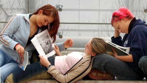 Jugendliche beim Lesen von Büchern