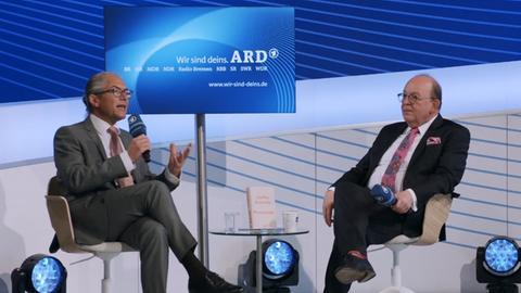 Steffen Kopetzky auf der ARD Bühne im Gespräch mit Denis Scheck