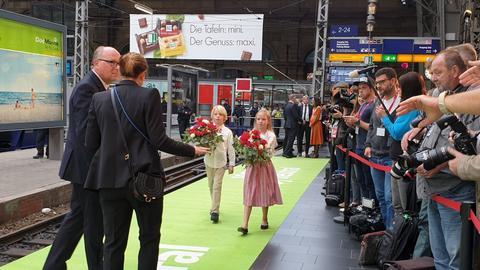 Warten auf den Literaturzug am Frankfurter Hauptbahnhof