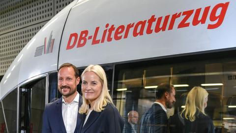 Das Kronprinzenpaar vor dem Literaturzug