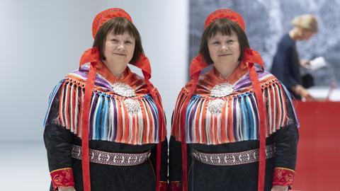 Frau im norwegischen Pavillon