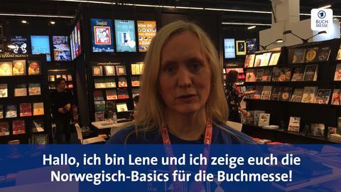 Lene steht vor einer Bücherwand und verrät uns einige Norwegisch-Basics