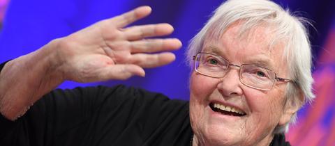 Gudrun Pausewang wird für ihre Lebenswerk geehrt.