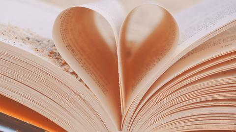 Ein aufgeschlagenes Buch - die Seiten bilden ein Herz