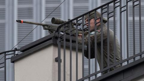 Ein Scharfschütze der Polizei sicherte das Eintreffen von Merkel und Macron ab.