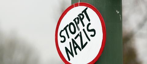 """Schild mit der Aufschrift """"Stoppt Nazis"""""""