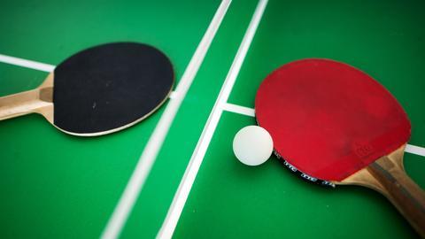 Tischtennisplatte mit zwei Schlägern