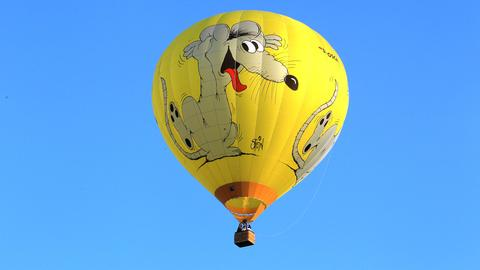 Heißluftballon mit Uli-Stein-Maus vor blauem Himmel