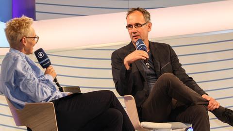 Bärbel Schäfer interviewt Autor Volker Kutscher auf der ARD-Bühne auf der Frankfurter Buchmesse