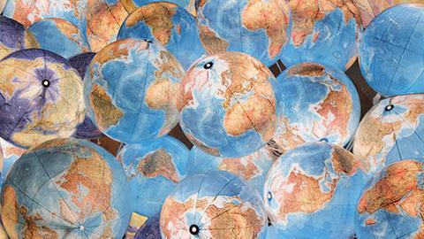 Weltempfang - Logo mit vielen Erdkugeln