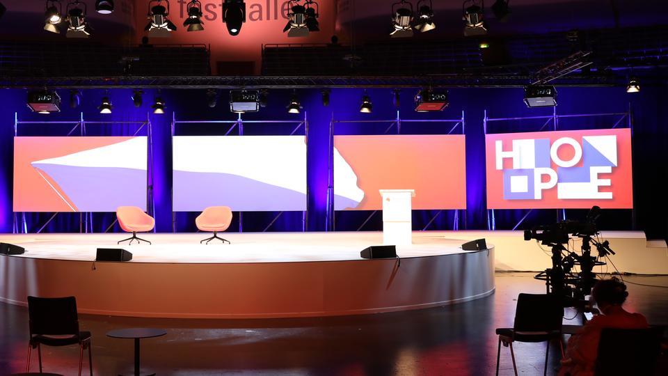 Leere Buchmesse-Bühne in der Frankfurter Festhalle