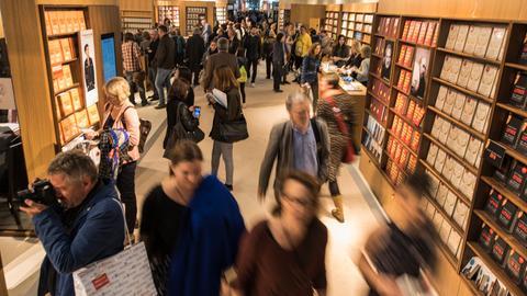 Besucher auf der Buchmesse