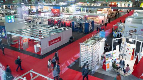 Innenansicht einer der Hallen auf der Frankfurter Buchmesse - breite Gänge mit rotem Teppich