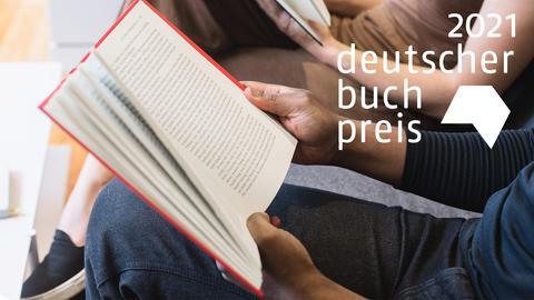 Eine Person hält ein Buch - dazu das Logo 2021 Deutscher Buchpreis