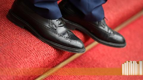 Schwarze Schuhe auf rotem Teppich