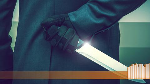 Jemand hält ein großes, scharfes Messer hinter seinem Rücken versteckt
