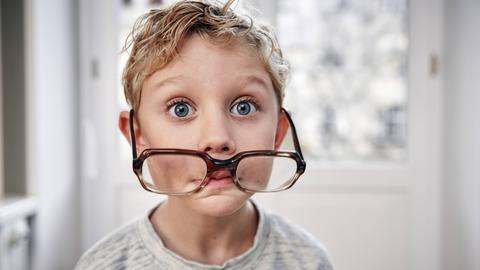 Junge trägt eine überdimensionale Brille