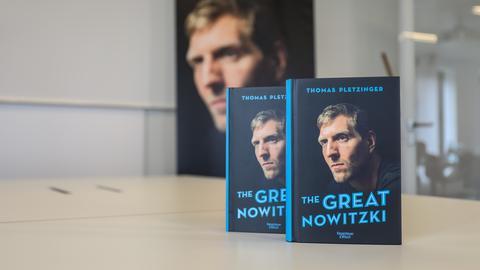 """Zwei Ausgaben von Dirk Nowitzkis Biografie """"The Great Nowitzki"""""""