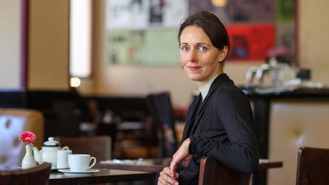 Autorin Daniela Krien in einem Café am Tisch sitzend