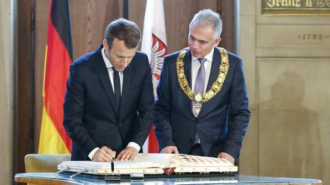 Staatspräsident Emmanuel Macron und OB Peter Feldmann