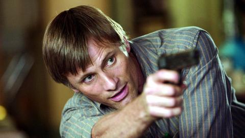 """Viggo Mortensen als Jack in einer Szene des Films """"A History of Violence"""" von Regisseur David Cronenberg - ein Mann zielt mit einer Waffe"""