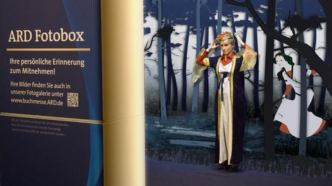 ARD Fotobox Eine Königin steht im Märchenwald