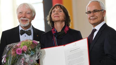 Börsenverein-Chef Heinrich Riethmüller (r) zeichnet das Forscherpaar Aleida und Jan Assmann mit dem Friedenspreis aus.