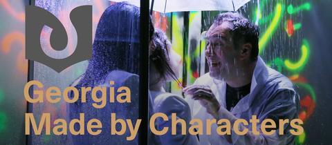 """Eine Szene aus einem georgischen Theaterstück mit dem """"Georgia Made by Characters""""-Logo"""
