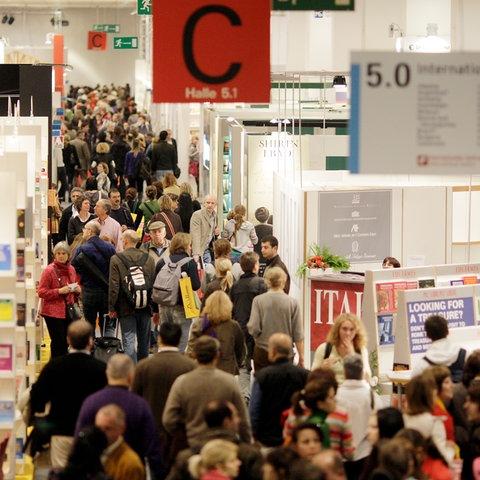 Frankfurter Buchmesse 2017: Menschen strömen durch die Halle 5.1 auf dem Messegelände.