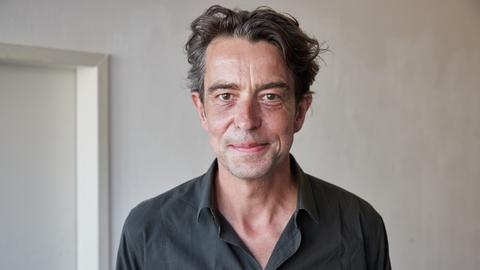 Portrait Henning Ahrens vor hellem Hintergrund