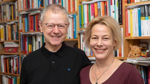 Carolin und Christoph Butterwegge vor einem Bücherregal