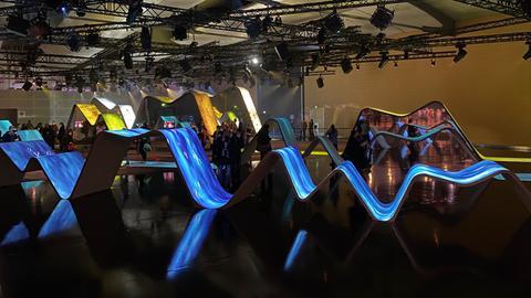 Der Kanada-Pavillon besteht aus verschiedenen wellenförmigen Elementen.