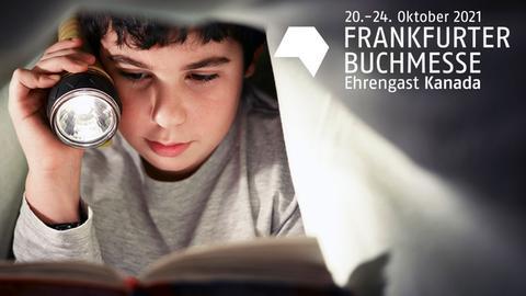 Kind mit Taschenlampe und Buch unter einer Bettdecke und das weiße Logo der Buchmesse und Ehrengastland Kanada