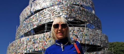Künstlerin Marta Minujín vor ihrem Babel Tower aus Büchern in Buenos Aires (2011)