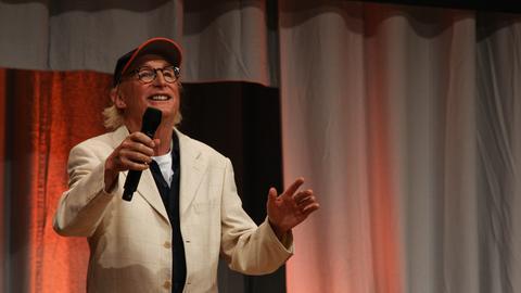 Otto auf der Bühne begrüßt das Frankfurter Publikum