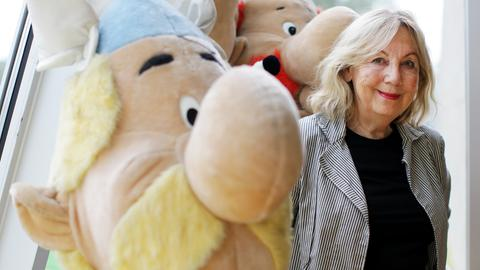 Gudrun Penndorf mit einer Asterix-Plüschfigur
