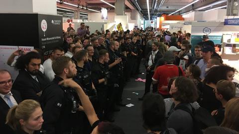 Polizeipräsenz in der Messehalle