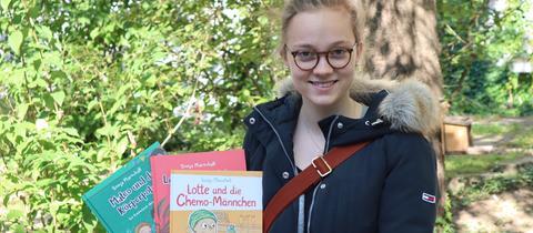 Sonja Marschall  mit ihren drei Kinderbüchern in der Hand