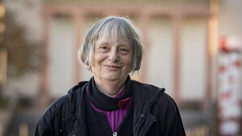 ie Schriftstellerin Elke Erb steht vor der Verleihung des Georg-Büchner-Preises vor dem Darmstädter Staatstheater.