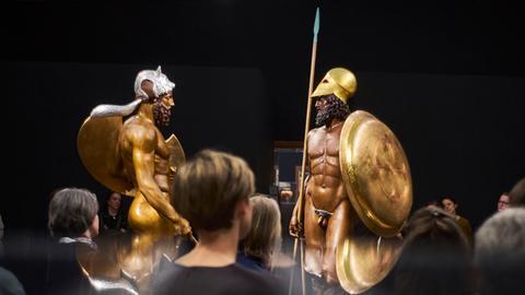 "Kolorierte Skulpturen aus der Ausstellung ""Bunte Götter - Golden Edition"" im Frankfurter Liebieghaus"