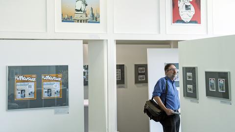 Besucher in einer Ausstellung der Caricatura in Kassel im Jahr 2017