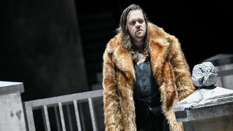 """Christian Ehrich als """"Kreon"""" in der Inszenierung von """"Medea"""" am Staatstheater Kassel"""