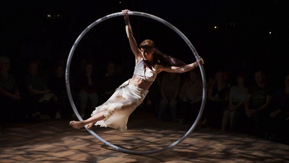 Eine Künstlerin des Cirque Bouffon in einem Cyr Wheel.