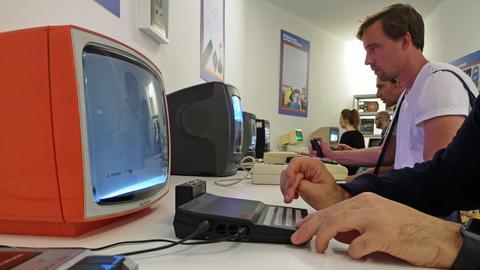 An den alten Konsolen und Computeren darf gedaddelt werden