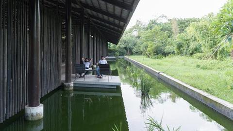 """Foto aus der Ausstellung """"Bengal Stream"""" - Webstuhl-Halle in Gazipur"""